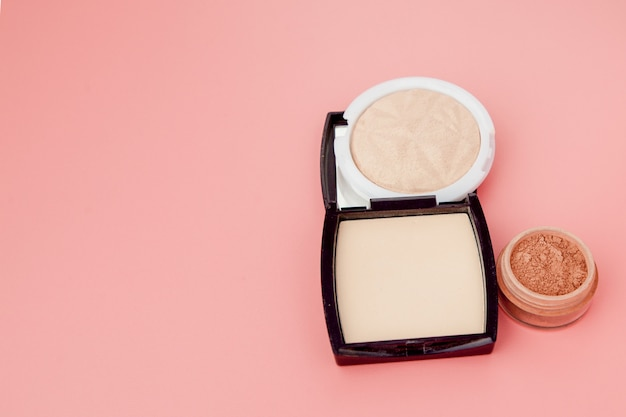 Fond de teint tonique et surligneur, base de maquillage sous forme de coussin. surligneur poudre produit cosmétique vue de dessus