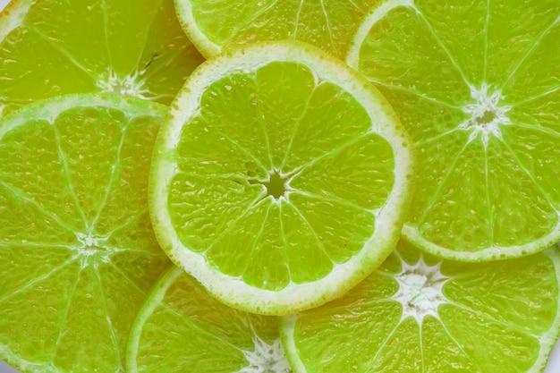 Fond texturé de citron vert en tranches