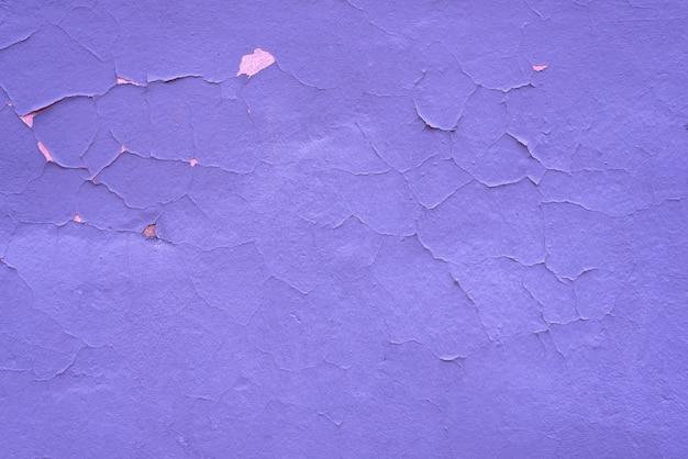 Fond de texture lilas minable. mur de peinture fissuré.