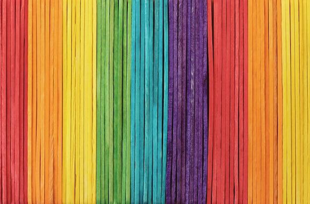 Fond de texture de mur en bois coloré dans des couleurs vives arc-en-ciel