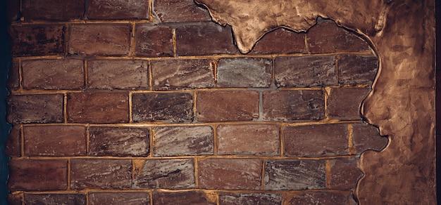 Fond de texture de mur de brique partiellement enduit de peinture bronze