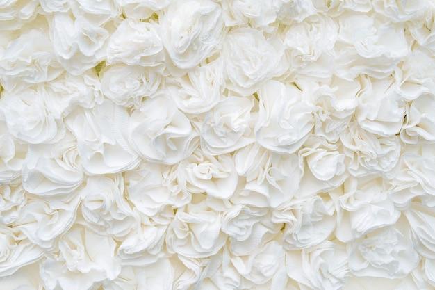 Fond de texture papier-artisanat fleur. fleurs artificielles non naturelles. rose blanche.