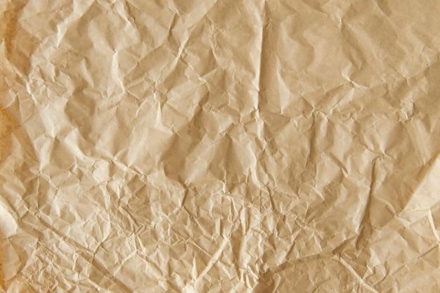 Fond texturé de papier brun froissé