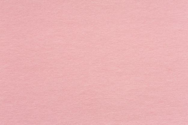 Fond texturé en papier kraft recyclé dans le ton de couleur rose vieux rose clair: texture détaillée de la fibre de papier kraft recyclé dans un style pastel. texture de haute qualité en très haute résolution