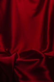 Fond de texture de tissu de luxe en soie ou satin rouge.