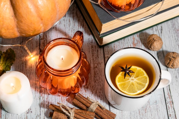 Fond de thanksgiving, composition avec citrouilles, feuilles d'automne sèches, bougies sur fond en bois. vacances d'automne, récolte de citrouilles. légumes de saison.