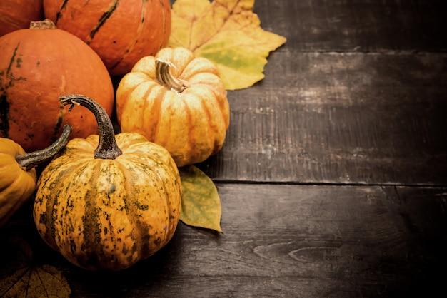Fond de thanksgiving avec fruits et légumes sur bois en automne et saison de récolte d'automne. copiez l'espace pour le texte.