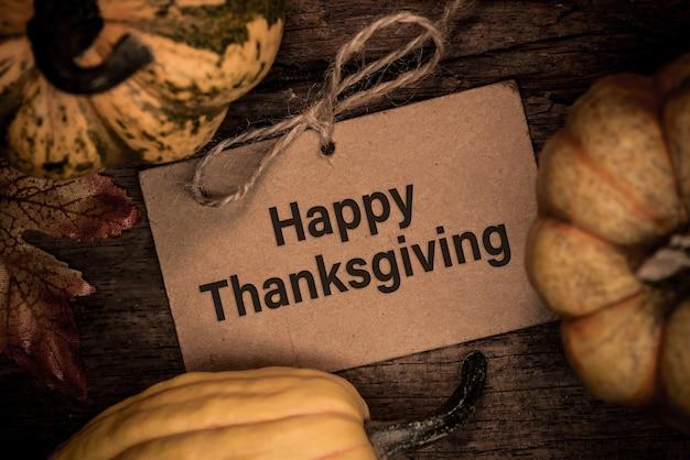 Fond de thanksgiving avec fruits et légumes sur bois en automne et saison de récolte d'automne.