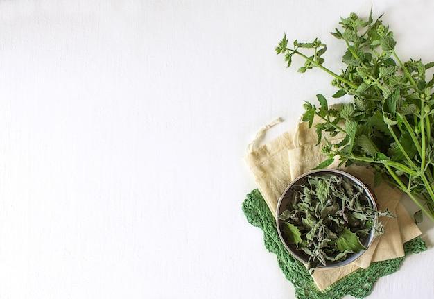 Fond de thé mélisse sec délicieux à la menthe