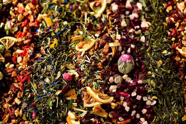 Fond de thé: vert, noir, floral, herbes, menthe, mélisse, gingembre, pomme, rose, tilleul, fruits, orange, hibiscus, framboise, bleuet, canneberge.