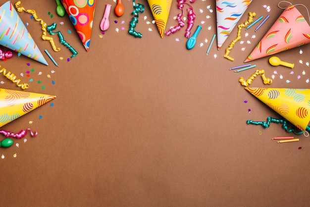 Fond sur le thème anniversaire avec un tableau d'objets sur fond brun