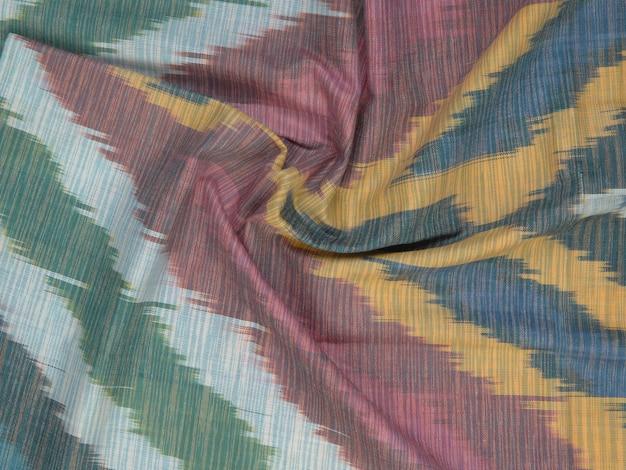 Fond de tissu de soie avec des ornements orientaux. soie ouzbek avec ornement
