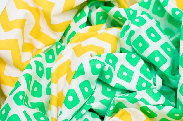 Fond de tissu de texture froissé avec une couleur jaune vif et vert avec un motif.