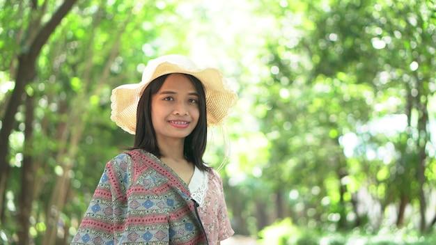 Fond touristique de femme heureuse avec des arbres et des fleurs