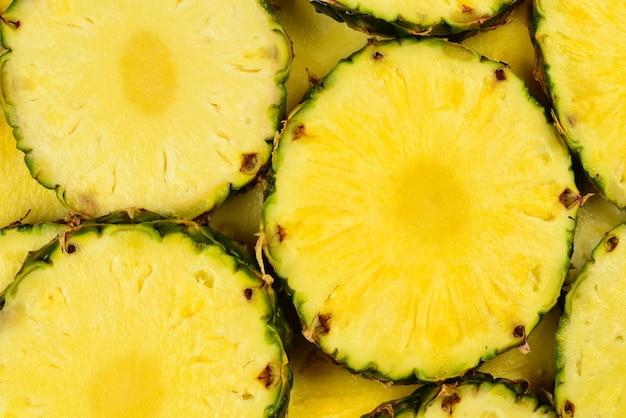 Fond de tranches jaunes juteuses d'ananas. vue de dessus.