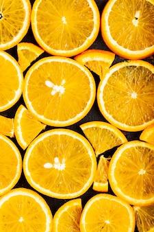 Fond de tranches d'orange. motif de fruits orange. fond de nourriture avec des agrumes. concept d'alimentation saine. mise à plat. vue de dessus