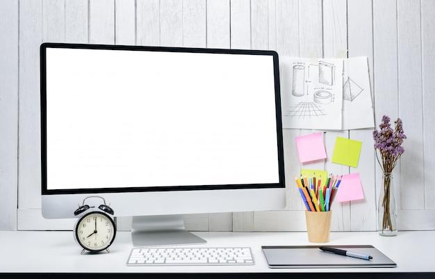 Fond de travail pour les concepteurs avec ordinateur de bureau moderne écran blanc vide.