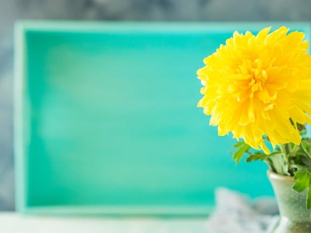 Fond turquoise avec fleur jaune. carte