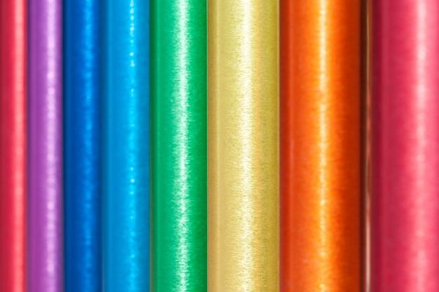 Fond de tuyaux en acier multicolores.
