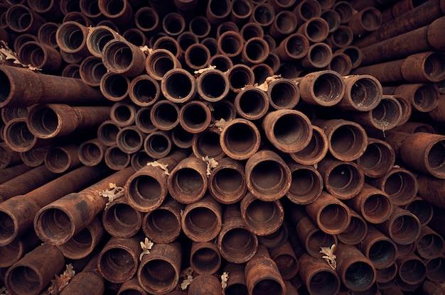 Fond de tuyaux rouillés. fin de la vue en perspective. concept industriel.