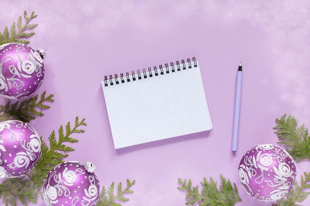 Fond de vacances, boules de noël et brindilles de thuya sur un lilas