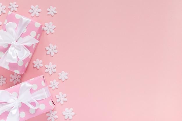 Fond de vacances, coffrets cadeaux roses à pois avec ruban blanc