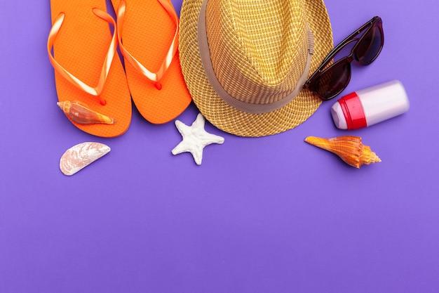 Fond de vacances d'été, accessoires de plage sur fond de bloc de couleur