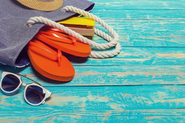 Fond de vacances d'été avec des articles de plage