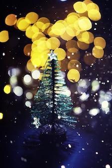 Fond de vacances d'hiver avec sapin gelé, lumières scintillantes, bokeh. fond de vacances de noël et du nouvel an avec espace de copie.