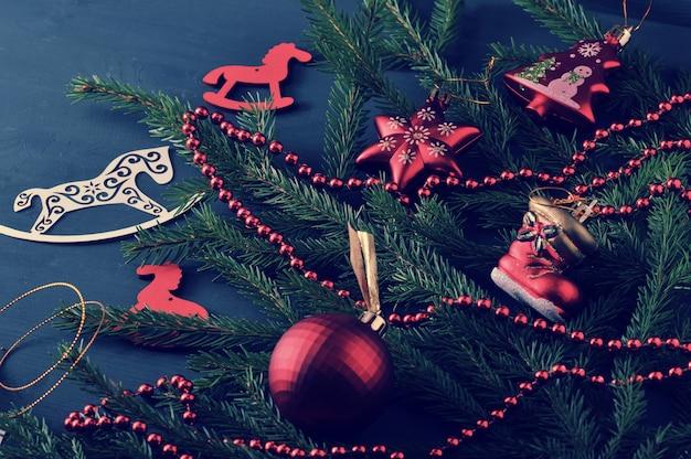 Fond de vacances - jouets de noël et de perles avec des branches d'arbres de noël