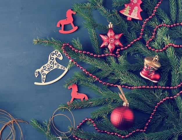Fond de vacances - jouets de noël et des perles sur le sapin de noël