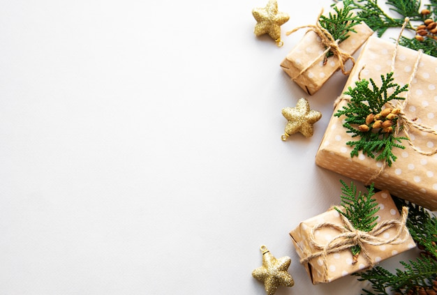 Fond de vacances de noël avec des boîtes-cadeaux et décoration
