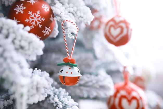 Fond de vacances de noël. boule d'argent et de couleur suspendue à un arbre décoré avec bokeh et neige, espace de copie.