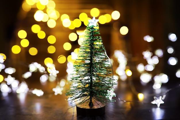 Fond de vacances de noël et du nouvel an avec espace de copie. fond de vacances d'hiver avec sapin gelé, lumières scintillantes, bokeh.