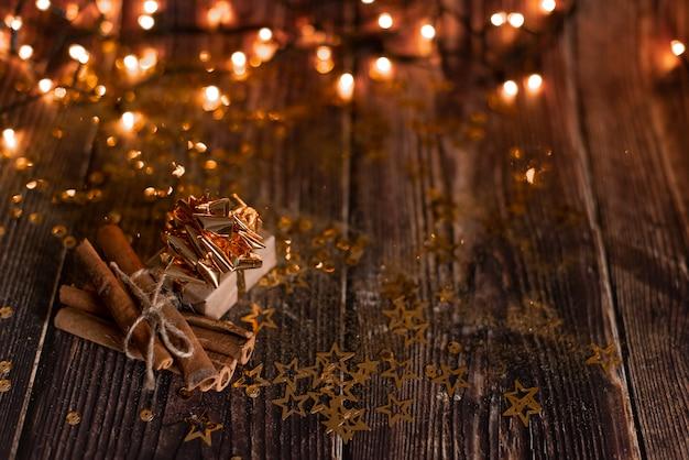 Fond de vacances de noël avec sapin de noël décoré et guirlandes. belle chambre vide de noël. cadre de nouvel an pour votre texte