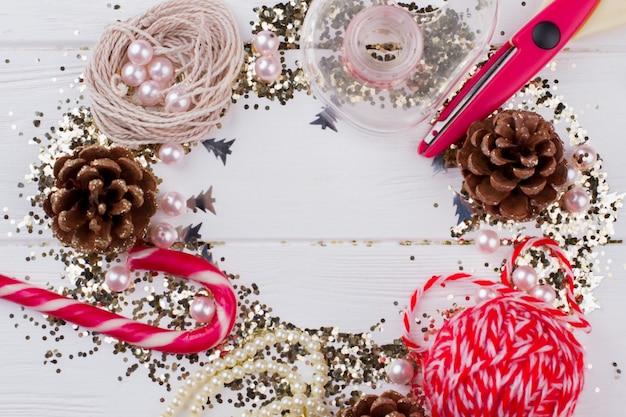 Fond de vacances de nouvel an ou de noël. belles décorations de noël avec espace de copie. concept de salutation saisonnière.
