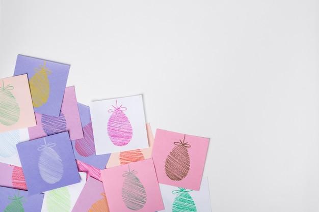 Fond de vacances de pâques avec des oeufs peints sur papier