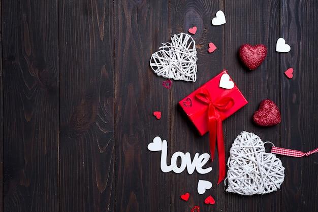 Fond de valentin avec des lettres d'amour et des formes de coeur.