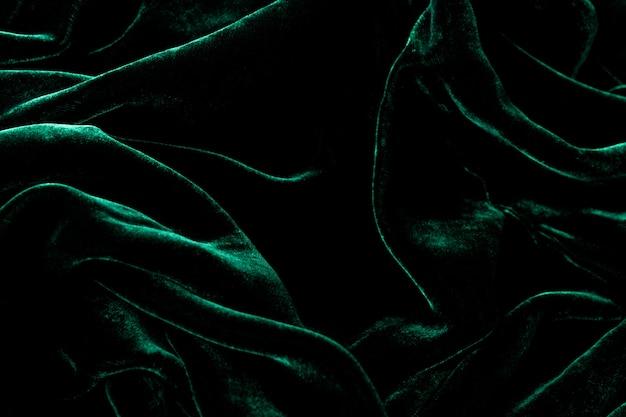 Fond de velours vert foncé.