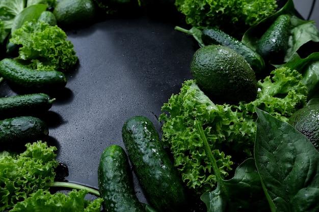 Fond vert de feuilles de laitue fraîche avocat concombre courgette.