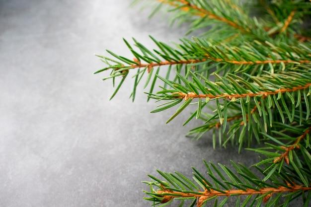 Fond vert de noël avec un arbre de fête de noël
