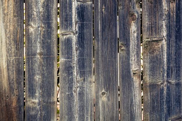 Fond de verticales, planches sombres en bois.