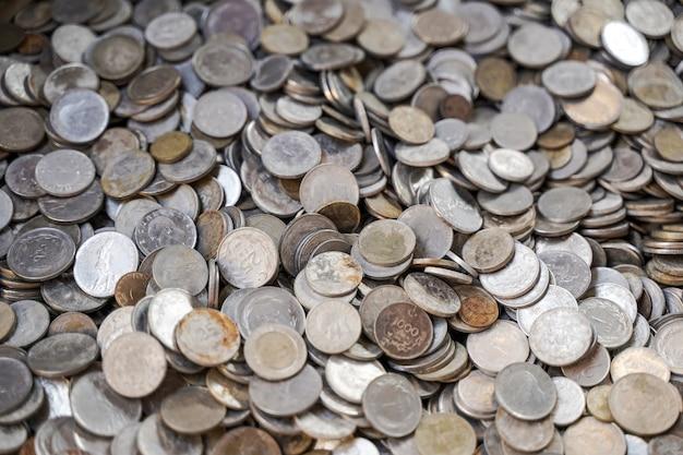 Fond de vieilles pièces de monnaie anciennes fond de vieilles pièces de monnaie anciennes beaucoup de vieilles pièces de cuivre dans la poitrine en tant que sy...