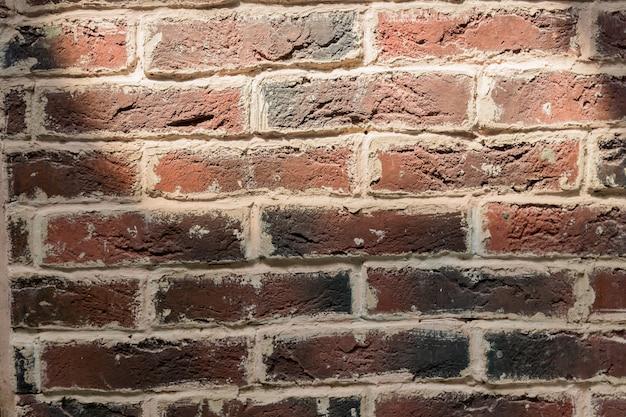 Fond de vieux mur de briques avec ombre de soleil