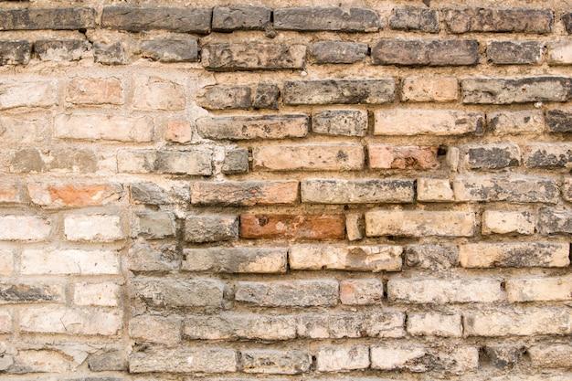 Fond de vieux mur de briques sale vintage avec du plâtre écaillé