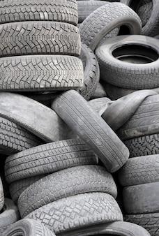 Fond avec de vieux pneus les uns sur les autres