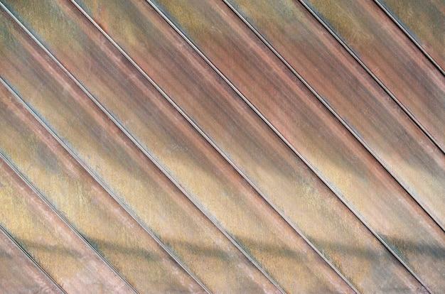 Fond vieux toit en zinc. texture de toit rouillé, lignes obliques.
