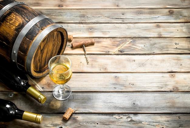 Fond de vin. baril de vin blanc sur une table en bois.