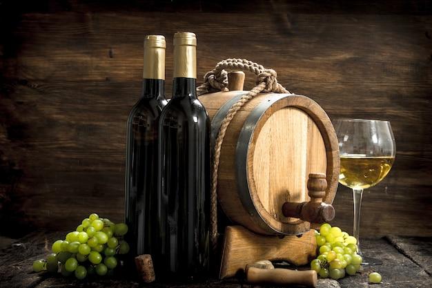 Fond de vin. un tonneau de vin blanc avec des branches de raisins verts.