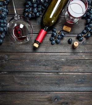 Fond de vin. vin rouge avec tire-bouchon sur une table en bois.
